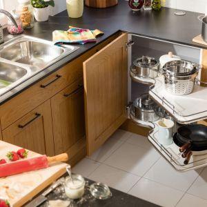 Funkcjonalne rozwiązania do małych mieszkań: półki Nuvola do szafek narożnych. Fot. Häfele