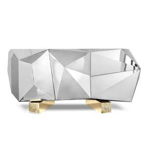 Portugalska marka Boca do Lobo nie od dzisiaj słynie z luksusowych i ekscentrycznych propozycji. Wśród nowości 2018 zwraca uwagę biżuteryjna komoda Diamond Pyrite, wykonana z polerowanej stali nierdzewnej i wykończonymi mosiądzem nogami. Fot. Boca do Lobo.