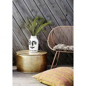 Duńskie marki meblarskie reprezentowała m.in. marka Madame Stolz. Na zdjęciu grawerowany aluminiowy stolik kawowy z kolekcji wiosna/lato 2018. Fot. Madame Stolz.