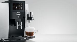 Innowacyjna technologia Fine Foam stosowana w ekspresach JURA pozwala uzyskać wyjątkową piankę mleczną o idealnie gładkiej i delikatnej konsystencji. To jeden z wyróżników kaw przyrządzanych przez ekspresy szwajcarskiego producenta. Ponadto dzi�