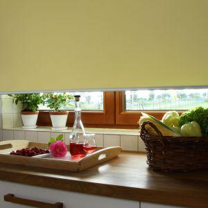 Tkanina roletowa w kolorze jasnożółtym może być alternatywą dla beżu. Energetyczny kolor w połączeniu z tkaniną przepuszczającą światło rozjaśni i rozświetli wnętrze. Fot. Franc Gardiner