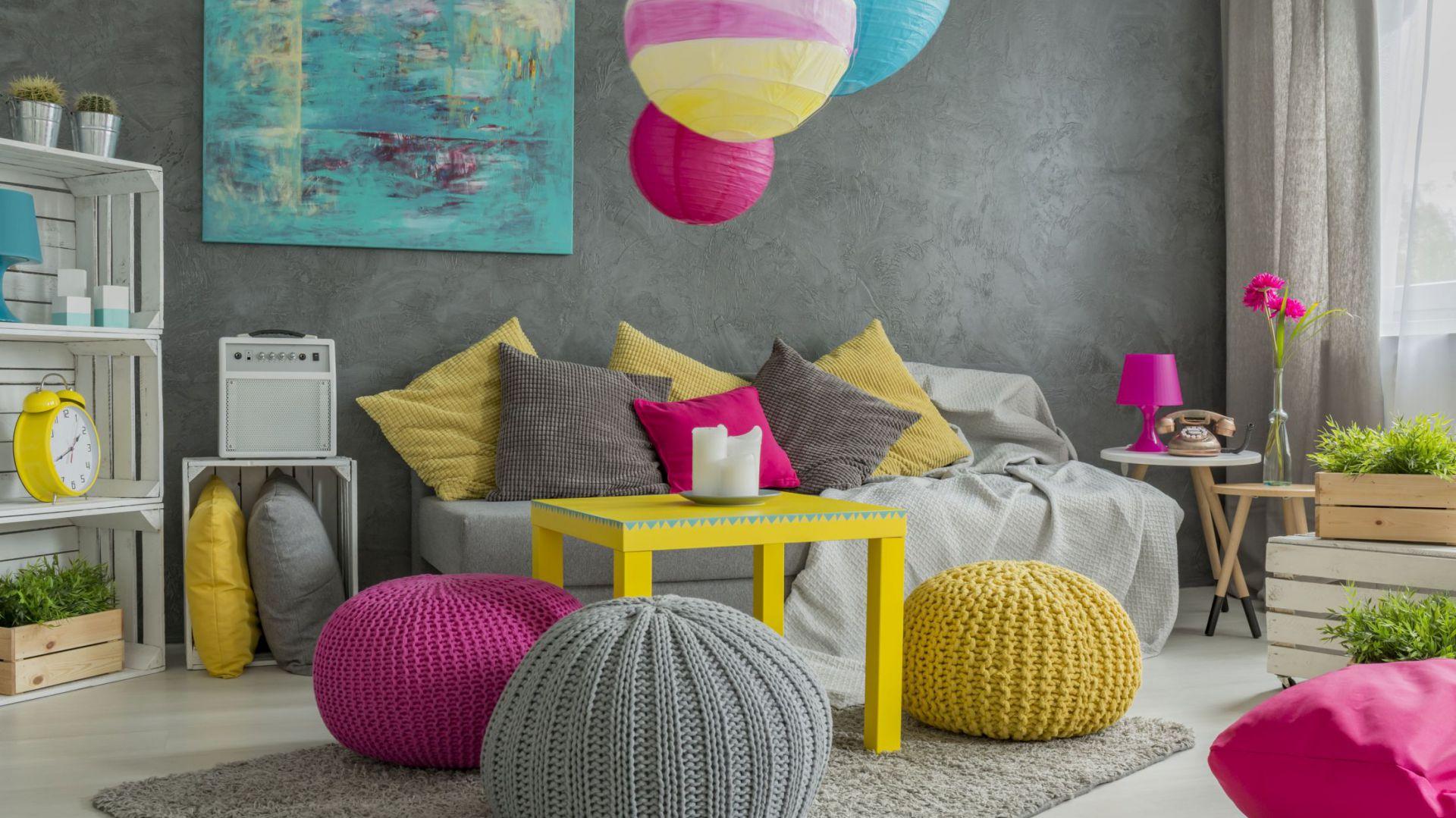 Żółty do wnętrza można wprowadzić za pomocą mebli i dodatków. Fot. Franc Gardiner