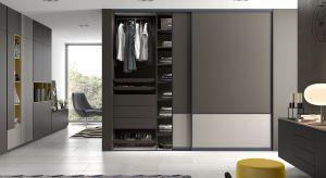 Szafa to nie tylko drzwi, korpus, szuflady i półki. Dziś myślimy o niej bardziej kompleksowo. Oprócz funkcji przechowywania i ochrony ubrań przed zniszczeniem czy zabrudzeniem ważny jest komfort jej użytkowania i estetyka wykonania.