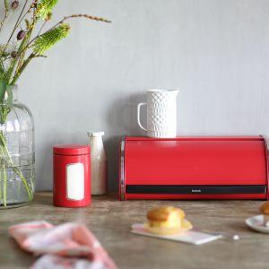 Sprzęty domowe w kolorze Passion Red: chlebak wypukły. Fot. Brabantia