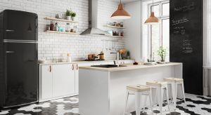 Salon z otwartą lub półotwartą kuchnią to najpopularniejszy ostatnio sposób aranżacji strefy dziennej w naszych domach.