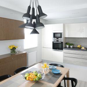 Salon z aneksem kuchennym. Projekt: Joanna Morkowska-Saj. Fot. Bartosz Jarosz