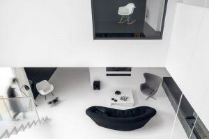 Przestrzeń salonu rozciąga się na dwie kondygnacje. Zdjęcia: Tom Kurek