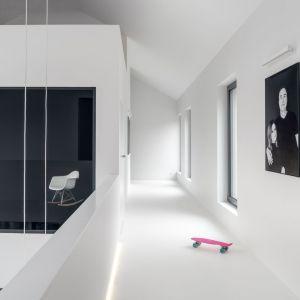 Ascetycznie zaaranżowana galeria prowadzi do pomieszczeń prywatnych. Projekt: Aleksandra Mierzwa, Wiktor Kurc / MAKA Studio. Zdjęcia: Tom Kurek
