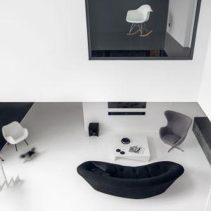 Przestrzeń salonu rozciąga się na dwie kondygnacje. Projekt: Aleksandra Mierzwa, Wiktor Kurc / MAKA Studio. Zdjęcia: Tom Kurek
