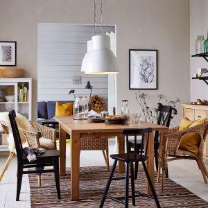 Stół rozkładany Storas wykonany zbejcowanej, lakierowanej bezbarwnie litej sosny. Projekt: Carina Bengs. Do skompletowania zkrzesłami Ingolf. Fot. IKEA