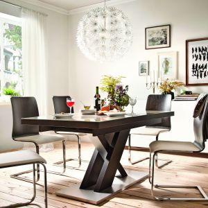 Stół z kolekcji New York wykonany z drewna, pełny i szklany blat. Fot. Paged