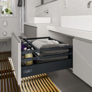 Pojedynczy lub podwójny reling z systemem przegródek w szufladach InnoTech Atira może być w modnym kolorze antracytu. Fot. Hettich