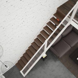 Schody policzkowe Brick ze szklaną balustradą. Drewniana konstrukcja w kolorze białym. Stopnie ażurowe z litego dębu w kolorze ciemnego orzecha. Cena: od 20,4 tys. zł. Fot. Rintal Polska