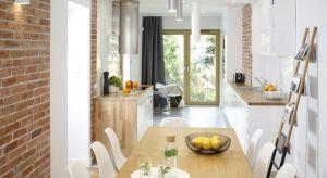 Szukając pomysłu na ścianę w kuchni, warto sięgnąć po cegłę. Wykończona nią powierzchnia wprowadzi przysłowiowy pazur do naszego wnętrza.