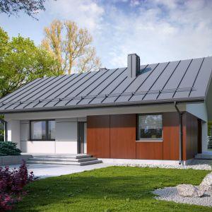 Mały, parterowy dom jednorodzinny, niepodpiwniczony, łączący nowoczesny charakter elewacji z prostym, klasycznym układem pomieszczeń. Powierzchnia użytkowa 77,53 m². Projekt Kala, Fot. Archetyp