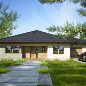"""Fabia II to projekt małego domu parterowego z garażem, ciekawie zaprojektowanego, z kopertowym dachem. Bryła budynku jest urozmaicona wcięciami, podcieniami i wykuszem. Powierzchnia użytkowa: 109,60 m²; średni koszt budowy """"pod klucz"""" - 364.000 zł. Projekt Fabia II, Fot. Dobre Domy"""