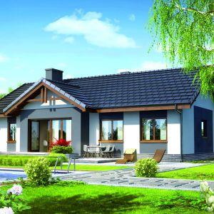 Nowoczesny i ekonomiczny projekt domu, z wyraźnym i funkcjonalnym podziałem na strefę dzienną i prywatną. Dzięki dużym przeszkleniom elewacji oraz oryginalnym detalom architektonicznym bryła zyskuje atrakcyjny charakter. Mały dom o powierzchni użytkowej 83,23 m²; orientacyjny koszt budowy domu (bez instalacji) - 286.800 zł. Projekt Dom w nerinach, Fot. Archon +
