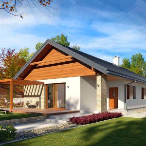 Parterowy dom jednorodzinny zaprojektowany na wąską działkę z wejściem od południa, zaprojektowany w technologii szkieletu drewnianego. W prostej bryle przykrytej dwuspadowym dachem zawiera się funkcjonalne i wygodne wnętrze. Powierzchnia użytkowa: 114,46 m². Projekt Bono drewniany. Fot. Archetyp