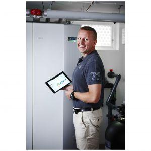 Dzięki systemowi NIBE Uplink uzyskujemy podgląd na aktualny status pompy ciepła. Umożliwia on śledzenie i sterowanie systemem centralnego ogrzewania oraz ciepłej wody użytkowej dla uzyskania maksymalnego komfortu użytkowania. Fot. Nibe-Biawar