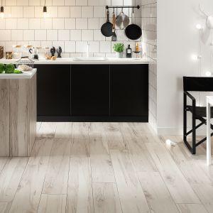 Płytki podłogowe Wood Land Grey oddają pełną kolorystykę oraz wygląd drewnianych desek wraz zich pełnym usłojeniem. Fot. Korzilius/Tubadzin