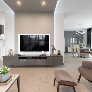 Meble w salonie, jadalni i kuchni wykończone są na wysoki połysk. Projekt: Edyta Wełnicka / ewem Aranżacja wnętrz