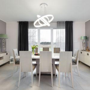 Lampa nad stołem w jadalni - szczypta szaleństwa w eleganckim wnętrzu. Projekt: Edyta Wełnicka / ewem Aranżacja wnętrz