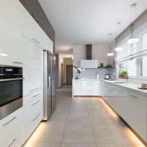 Duża ilość kuchennych szafek pomieści wszelkie niezbędne utensylia. Projekt: Edyta Wełnicka / ewem Aranżacja wnętrz