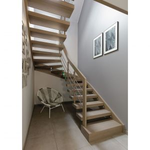 Szklane elementy precyzyjnie wkomponowano w konstrukcję drewnianych schodów. Projekt: Edyta Wełnicka / ewem Aranżacja wnętrz