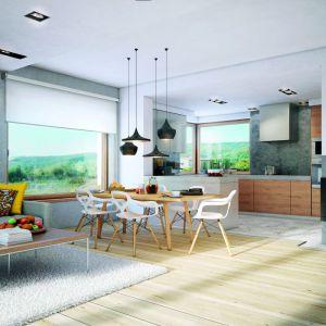 W pięknym domu z poddaszem o powierzchni niespełna 115 metrów kwadratowych posiada salon z jadalnią o powierzchni blisko 30 metrów. Proj. Dom w jabłonkach. Fot. Archon +