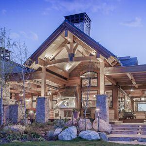 Drewno sosnowe o jasnej barwie i duża ilość przeszkleń sprzyja doświetlaniu pomieszczeń. Projekt i zdjęcia Kelly & Stone Architects