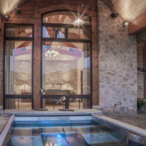 Jak na luksusową willę przystało jest też basem - ogrzewany energią ze źródeł geotermalnych. Projekt i zdjęcia Kelly & Stone Architects