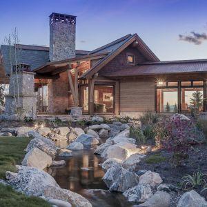 Materiały wykorzystane do budowy domu idealnie łączą się z naturalnym krajobrazem. Projekt i zdjęcia Kelly & Stone Architects