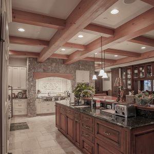 Ogromna przestrzeń pozwoliła na bardzo dużą ilość zabudowy kuchennej. Projekt i zdjęcia Kelly & Stone Architects
