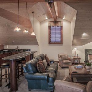 Prywatny salon z kominkiem i aneksem kuchennym. Projekt i zdjęcia Kelly & Stone Architects