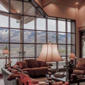 Salon został urządzony w stylu rustykalnym. Projekt i zdjęcia Kelly & Stone Architects