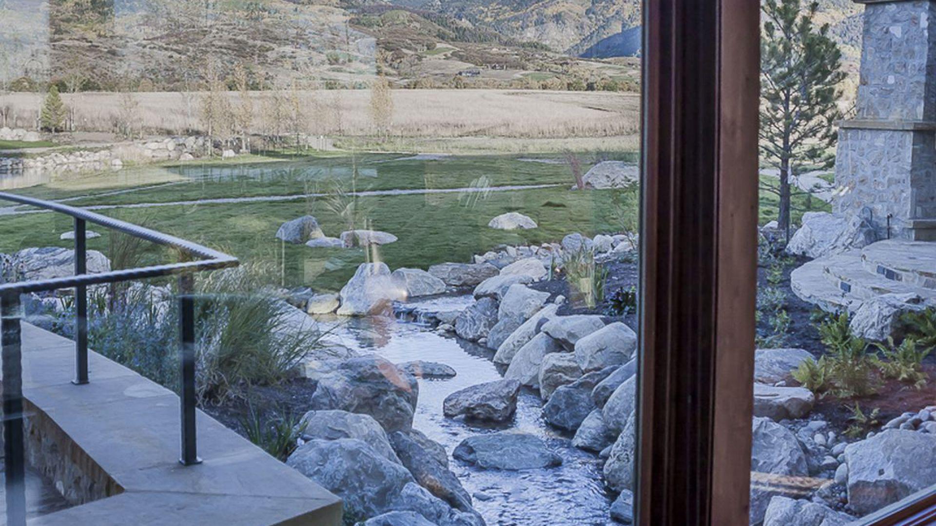 Strumień prawie wpływa do wnętrza. Projekt i zdjęcia Kelly & Stone Architects