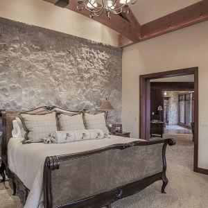 Sypialnia właścicieli też obfituje w elementy naturalnego kamienia i drewna. Projekt i zdjęcia Kelly & Stone Architects