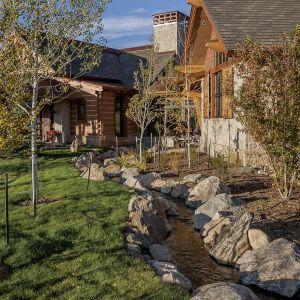W ogrodzie wyeksponowano naturalny strumień i zachowano pierwotne ukształtowanie terenu. Projekt i zdjęcia Kelly & Stone Architects