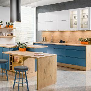 Niebieskie fronty sprawiły, że drewno na korpusach stało się bardziej wyraziste. Kuchnia KAM Plus  jest ciepła i naturalna. Fot. KAM