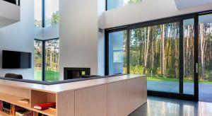 Jeśli chcemy, aby nasz dom lub mieszkanie wyróżniały się niepowtarzalnym wyglądem, warto postawić na oryginalne elementy wykończeniowe. Doskonałym sposobem na podkreślenie wyjątkowego charakteru pomieszczeń jest zastosowanie nietypowych okien