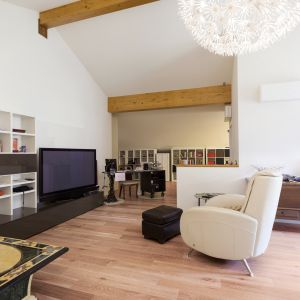 Postawą aranżacji sentymentalnych przestrzeni w stylu Shabby Chic mogą być podłogi o charakterystycznym, przetartym wyglądzie. Fot. Kaczkan