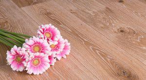 Shabby Chic to styl, który wyklucza to, co nowe, lśniące i nieskazitelne, a docenia piękno wynikające z upływu czasu. Postawą aranżacji tak sentymentalnych przestrzeni mogą być podłogi o charakterystycznym, przetartym wyglądzie.