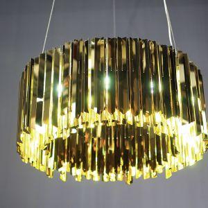 Prosta a zarazem elegancka lampa wisząca Facet wykonana z polerowanej stali nierdzewnej po włączeniu daje niezwykły efekt wizualny. Fot. Innermost