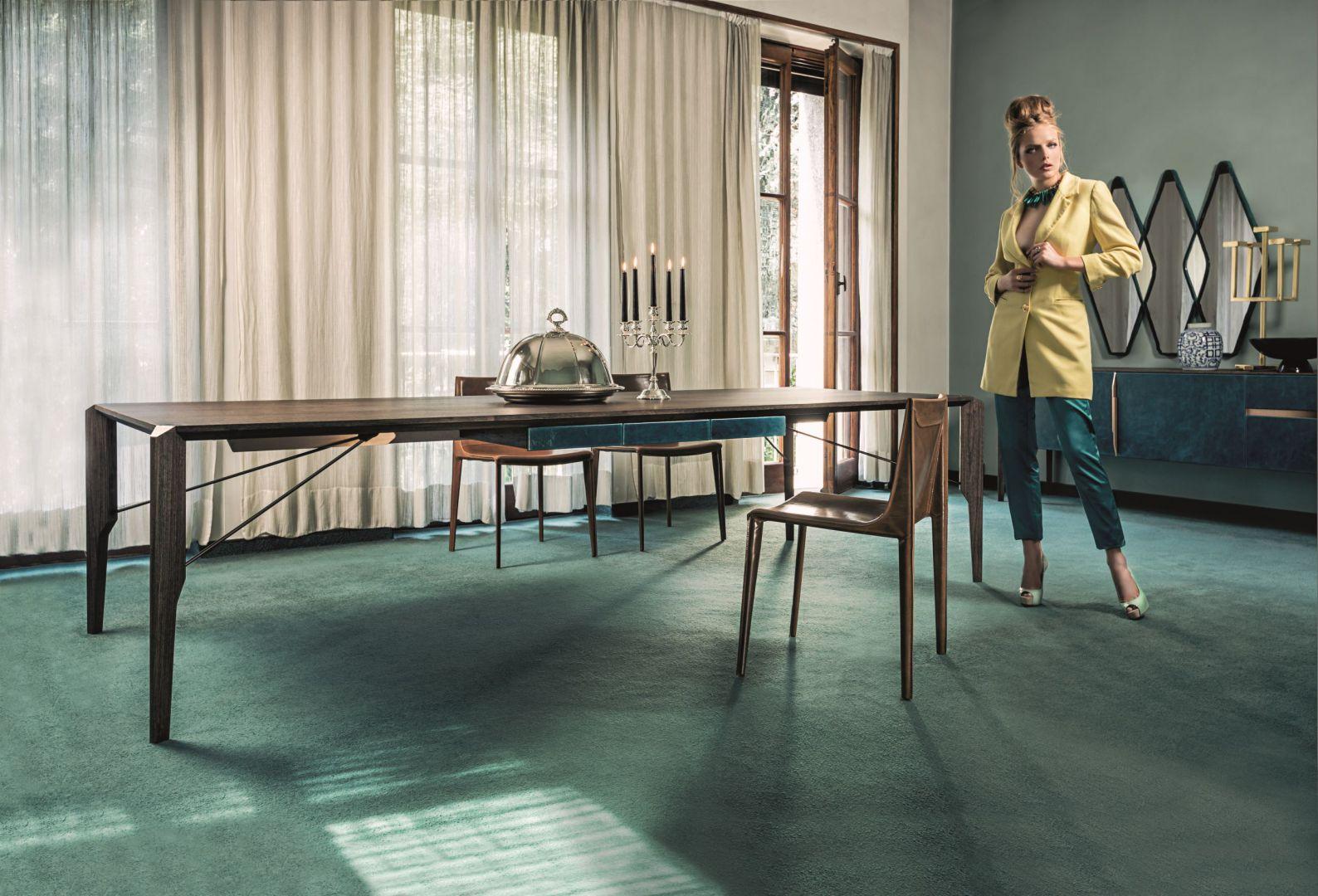 Designerski stół Glorious z nogami z litego drewna oraz blatem z MDF-u pokrytego fornirem drewna egzotycznego. Fot. Arketipo
