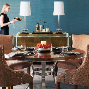 Stół z kolekcji Soho z błyszczącymi, chromowymi wykończeniami to luksusowa propozycja w amerykańskim stylu. Fot. Bernhard