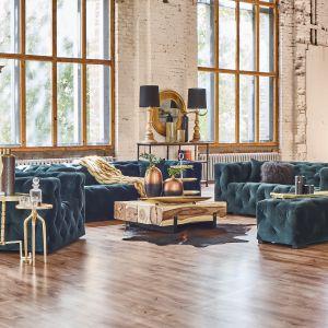 Miękkie tkaniny w bogatych kolorach ziemi ożywione dodatkami w odcieniach ciepłego złota oferuje kolekcja mebli i dodatków Velvet Castle. Fot. Miloo Home