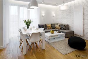 Nowoczesny, ciepły salon z drewnem i bielą