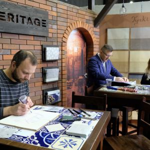 Artysta współpracujący z nami maluje ręcznie wzory, zamówione na życzenie klienta. Wszystkie nasze płytki to produkty handmade, odpowiadające indywidualnym potrzebom klienta. Fot. PTWP