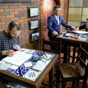 Płytki ceramiczne pełne wzorów, kształtów i kolorów wytwarzane są na indywidualne zamówienie i ręcznie malowane. Fot. PTWP