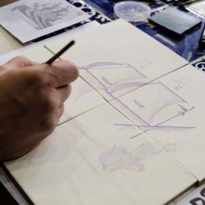 Nanoszenie wzoru na płytkę ceramiczną. Fot. PTWP